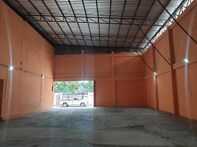 For RentWarehouseRatchadapisek, Huaikwang, Suttisan : Warehouse for rent with office, Rama 9 area, Ratchada area, area 276 sq m, near MRT Ratchada, parking lot.