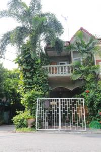 For SaleTownhouseNawamin, Ramindra : Quick sale, very cheap !! 2-storey townhome, Prayoon Thong 2 Ton Soi Watcharaphon, size 16.3 square wah, good location Complete internal and external additions Extension of the garden in front of the house, ready to move in !!