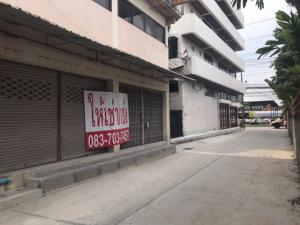 For RentShophouseLadkrabang, Suwannaphum Airport : Shophouse for rent near On Nut-Ladkrabang main road, width 10 meters, depth 15 meters, no pillar in the middle of the room. There is ample parking, you can shop, showroom, office or warehouse.