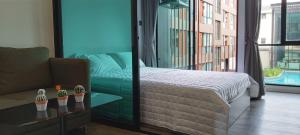 For RentCondoRatchadapisek, Huaikwang, Suttisan : Brown Condo Ratchada 32, beautiful condo, fully furnished, has a washing machine. Pool view, 3rd floor, size 23.97 sq.m., ready to move in.