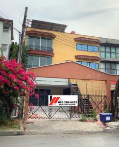 For RentHome OfficeYothinpattana,CDC : ** For rent ** a large 3-storey commercial building / townhome, 3 and a half floors, not decorated. Focus on airy areas, there is already some room divider On the road along the expressway, only 700 m.