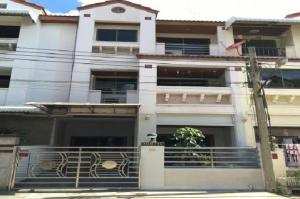 For RentTownhouseWongwianyai, Charoennakor : For Rent 3-storey townhome for rent, Soi Taksin 41, Taksin Road, near Rama 3, big house, fully furnished, 5 air conditioners, living only.
