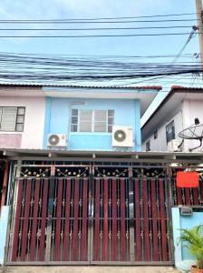 For SaleTownhouseBangbuathong, Sainoi : Quick sale!! Twin houses, Phra Pin 3 village, twin houses, renovated, ready to move in Bang Bang Yai location (Next to Kanchanaphisek Road) Contact Khun Ae Tel. 081-434-5154