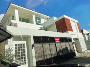 ขายบ้านเลียบทางด่วนรามอินทรา : ขาย HOME OFFICE หลังใหญ่ 3 ชั้น 420 ตรม จอดรถ 8 คัน ทำเลเอกมัย ทาวน์อินทาวน์ เลียบทางด่วนเอกมัยรามอินทรา