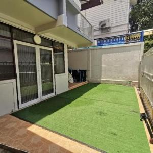 For RentHouseRama9, RCA, Petchaburi : House for rent, 2 floors, 50 sq m., has 3 bedrooms, 2 bathrooms, in New Petchburi 47 Throughout Rama 9, close to MRT, rent 20,000 / month.