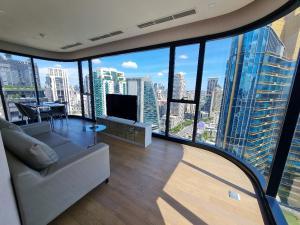 For RentCondoSukhumvit, Asoke, Thonglor : Ashton Asoke Condo, 2 bedrooms, 2 bathrooms, size 64 square meters.
