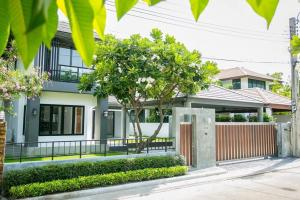 For SaleHouseYothinpattana,CDC : 📣📣 Urgent sale 📣📣 Beautiful house, luxurious, very beautiful, renovated, ready to move in. There is a bathtub, green lawn. indoor parking Interested in making an appointment to view the house?