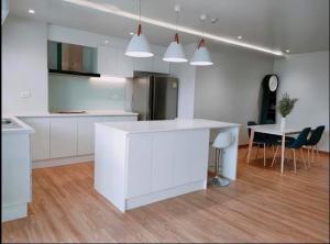 เช่าคอนโดสุขุมวิท อโศก ทองหล่อ : 3 bedrooms condo for rent in Sukhumvit39 near BTS Phromphong renovated with build in kitchen island kitchen