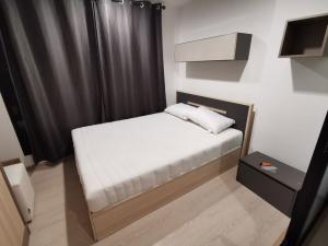 For RentCondoRangsit, Thammasat, Patumtani : Condo for rent The Excel Khu Khot Condo has a washing machine in the room.