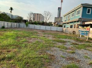 For RentLandRattanathibet, Sanambinna : Land for rent 200 sq m, Soi Rewadee 42, Nonthaburi Province, corner plot with fence, near Central, the main road