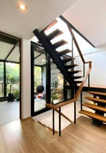 For RentTownhouseSukhumvit, Asoke, Thonglor : Rental : Loft Townhome and Home Office , EKAMAI 22 - 3storey / 235sqm /26 sqwa. high ceiling Loft - 1 parking inside+1parking outside