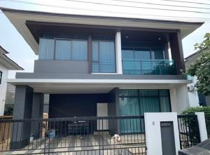 For RentHousePattanakan, Srinakarin : For Rent 2 storey detached house for rent, Setthasiri Village. Krungthep Kreetha, new cut, very beautiful house, fully furnished. Decorated with artificial grass around the house, 4 air conditioners, residential only can raise animals