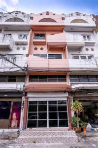For SaleShophouseKaset Nawamin,Ladplakao : 3460-A😍 For SELL 2 storey commercial building for sale, 2 bedrooms🚄near MRT Ladprao🏢Mumin 🔔 House area: 13.00 sq wa 🔔 Usable area: 208.00 sq m 💲 For sale: 4,200,000฿📞 O88-7984117,O65-9423251✅LineID:@sureresidence