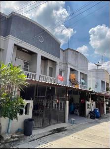 For RentTownhouseSamrong, Samut Prakan : 2-storey townhouse for rent, Rom Pho Village, 3 Soi Sri Dan 15, size 17 sq.m. Townhouse for rent, 2 floors, Rom Pho Village, 3 Soi Sri Dan 15, size 17 sq m. If interested, make an appointment to see the house.