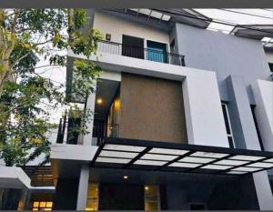 For RentHouseVipawadee, Don Mueang, Lak Si : 3 storey twin house for rent 4 bedrooms in Don Mueang area, Lak Si, Vibhavadi, fully furnished. There is an elderly bedroom below. can pet