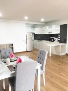 For RentCondoSukhumvit, Asoke, Thonglor : Condo for rent, Sukhumvit House, size 126 sqm., 2 bedrooms, 2nd floor.