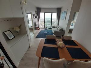 เช่าคอนโดสำโรง สมุทรปราการ : วิวสวยฝุดๆติดรถไฟฟ้าไปเลย ปล่อยเช่าด่วน ชั้น 19 ราคาพิเศษ 17,000 บาท/เดือน (จาก 20,000 บาท) 🔥 ห้องใหญ่ ชั้นสูง วิวโปร่งโล่งสบาย ราคาดีแบบนี้ รีบเลยครับ 🌈 2 ห้องนอน 2 ห้องน้ำ 1 ห้อ