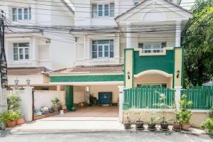 For RentTownhouseOnnut, Udomsuk : RHT517 for rent Baan Sirin Town Village, 3 floors, 6 bedrooms, Sukhumvit 101, near BTS Punnawithi.
