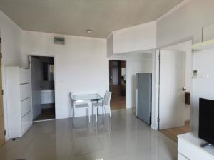 For RentCondoPattaya, Bangsaen, Chonburi : Condo 2 bedrooms, sea view, 9th floor, Building A, corner room, big balcony 0821693629