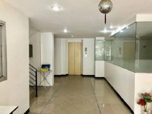 เช่าสำนักงานรัชดา ห้วยขวาง : ให้เช่าอาคารสำนักงาน 6 ชั้น มีลิฟท์ พร้อมที่จอดรถด้านข้างอาคาร 30 คัน ย่านรัชดาภิเษก ใกล้ MRT สุทธิสาร ห่างถนนรัชดาภิเษก 600 เมตร