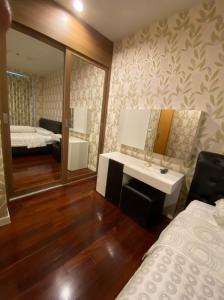 For RentCondoRama9, RCA, Petchaburi : Cheap and very good. Condo Circle Condominium, Building B, 24th floor, beautiful view, 47 sq.m., 1 bedroom, 1 bathroom, rental price 15,000/month, minimum contract 1 year.