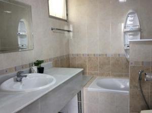 For RentCondoSukhumvit, Asoke, Thonglor : For Rent Tai Ping Towers Condo  Sukhumvit 63 (BTS Ekkamai)   call 064-698-8664