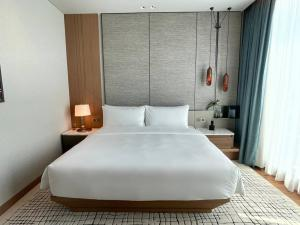"""For RentCondoWitthayu,Ploenchit  ,Langsuan : Rental : Luxury Condo with Hotel Service """"Kimston Malai Residence """" , Plernjit , Lungsuan , 97 sqm , 2 Bed 2 Bath, Floor 25+ 🐱🐶 Pet Friendly Condo ✔️ Hotel Service ✔️ Maid Room Clean 🧼 Up 1 time / week✔️ Gym , Swimming Pool , Bar ✔️ 20 % for All E"""