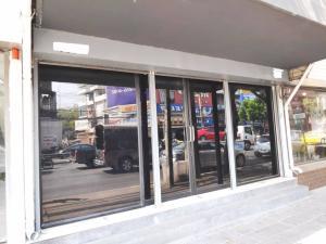 For RentShophouseKhlongtoei, Kluaynamthai : Commercial building for rent on Rama IV Road, near BTS Phra Khanong.