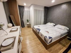 เช่าคอนโดรังสิต ธรรมศาสตร์ ปทุม : คอนโดให้เช่า KAVE Town Space 💥แบบ 2 เตียง วิวสวน วิวสระว่ายน้ำ💥ห้อง One Bedroom Extra เดินนิดเดียวถึง ม.กรุงเทพ ห้องใหญ่ Full furnished เครื่องใช้ไฟฟ้าครบพร้อมอยู่ ลากกระเป๋าเข้าอยู่ได้เลย ขนาด 29.39 ตร.ม ตึก A ชั้น 3 💰ราคาเช่า : 13,000 บาท / เดือน