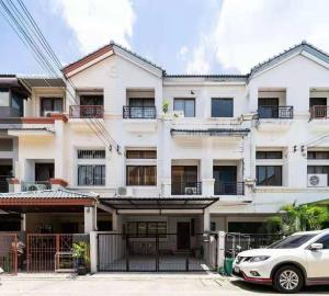 For RentTownhouseRatchadapisek, Huaikwang, Suttisan : 3-storey townhome for rent, 3 bedrooms, 4 bathrooms, parking for 2 cars, is a house or Home Office, Huai Khwang, Meng Jai.