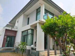 For RentHousePattanakan, Srinakarin : House for rent, 4 bedrooms, 4 bathrooms, 1 maid room, 80 sq m. in a luxury project. Setthasiri Krungthep Kreetha Soi 7