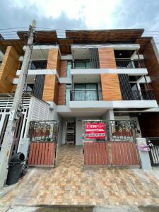For SaleHousePattanakan, Srinakarin : Townhome for sale, 3 floors, second hand house, Phatthanakan 67 intersection 10, area 20 sq.wa, 3 bedrooms, 3 bathrooms.
