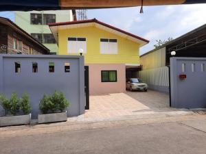 ขายบ้านรัชดา ห้วยขวาง : AE64167 ขายบ้านเดี่ยว 2 ชั้น ซอย 20 มิถุนา แยก 22 ห้วยขวาง ขนาด 52 ตรว พร้อมเฟอร์