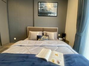 For RentCondoSukhumvit, Asoke, Thonglor : 🎉🎉 Great promotion 🎉🎉 Oka House condo, new room, 1 bedroom, 1 bathroom, room width 35 sqm, 1 year contract, 3 more free stays Let's go month If interested, you can make an appointment to see the room. The price is very good.