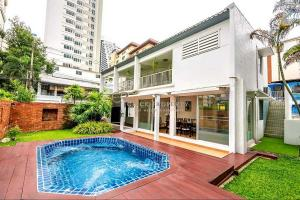 For RentHouseSukhumvit, Asoke, Thonglor : ✦ Beautiful Sukhumvit House ✦ with private pool FOR RENT 6mins to BTS Ploenchit for rent 4beds in center of Sukhumvit soi 2   Single house on Sukhumvit Soi 2 with private pool. In the heart of Sukhumvit, 5 minutes to BTS Ploenchit.