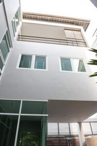 For RentHouseNana, North Nana,Sukhumvit13, Soi Nana : Code C4169 3-storey detached house for rent, Sukhumvit Road Soi 49, near BTS Thonglor, suitable for home office and living.