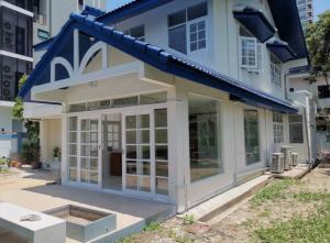 For RentHouseSukhumvit, Asoke, Thonglor : 2 Storey House with yard for Rent • BTS Ekamai