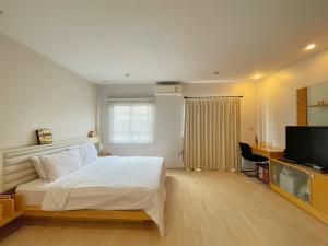 For RentTownhouseRatchadapisek, Huaikwang, Suttisan : BH1023 3-storey townhome for rent, 3 bedrooms, 4 bathrooms, Central Village Ratchada - Meng Jai Project 1 Location Soi Saha Karnmamun Wang Thonglang District