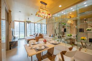 For RentCondoWitthayu,Ploenchit  ,Langsuan : Noble Ploenchit > 60sqm > Very Beautiful Unit < Price can negotiate
