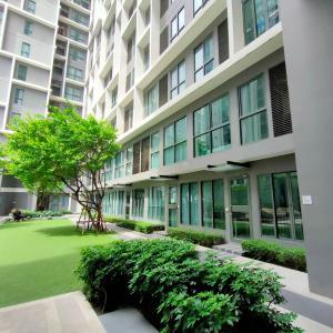 For RentCondoRama9, RCA, Petchaburi : Condo for rent, Ideo Mobi Rama 9, duplex room, floor 6-7, front view, garden room.