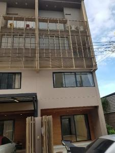 For RentTownhouseChengwatana, Muangthong : Townhome for rent, HAUS NiCHE Village, Chaengwattana, 3 and a half floors, Rim room, 3 bedrooms, 3 bathrooms, 28 sq.m., 2 parking spaces, air conditioners in every room