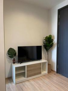 เช่าคอนโดพระราม 9 เพชรบุรีตัดใหม่ : Best Price!!! The Base Garden Rama 9 ให้เช่า 1 นอน ชั้นสูง สวย ครบ พร้อมอยู่ ใกล้ APL รามคำแหง
