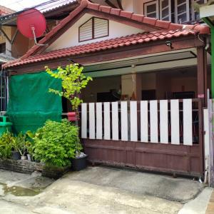 For SaleTownhouseBangbuathong, Sainoi : C2033 Urgent! Townhouse for sale, ready to move in, Pruksa Village 3, Soi Wat Lat Pla Duk, Bang Bua Thong District, 3 bedrooms, 2 bathrooms, 18 wah (garage and kitchen have been added)