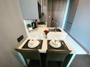 For RentCondoRama9, RCA, Petchaburi : คุ้มที่สุดในโครงการ The Esse at Singha Complex ปล่อยเช่า出租1臥素坤逸上流精裝豪華公寓 1Bedroom 37SQM Rent🔥The Esse at Singha Complex🔥 26K 📍MRT Phetchaburi