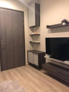 For RentCondoRatchadapisek, Huaikwang, Suttisan : W0141#Centric Huai Khwang for rent. Condo next to BTS Huai Khwang Station, just 80 meters, room size 26 sqm., 15th floor, east side, pool side, rent 13,000 baht/month, fully furnished. Complete electrical appliances / as in the picture, contact Tel. 09