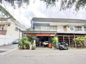 For SaleTownhouseSapankwai,Jatujak : Selling cheap, 2-storey townhouse, corner room, Chok Anan University, near BTS Ratchayothin, on Main Road, can trade near Seven