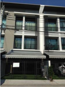 For RentTownhouseRama9, RCA, Petchaburi : 3-storey townhome for rent, Baan Klang Muang Village, Rama 9 - Ramkhamhaeng, in front of a shady garden