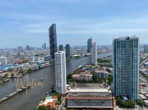 For RentCondoWongwianyai, Charoennakor : For rent The River, 40th floor, 5 bedrooms, 6 bathrooms, walk 10 meters to the sky pool, gym and sauna.