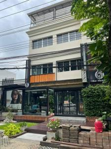 For RentShophouseYothinpattana,CDC : 4 storey building for rent including roof deck