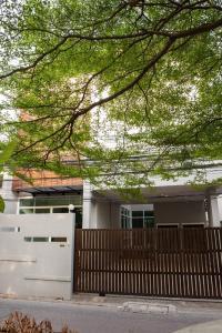 For RentHouseSukhumvit, Asoke, Thonglor : LBH0170 3-storey detached house for rent in Soi Sukhumvit 49/14 near BTS Phrom Phong.